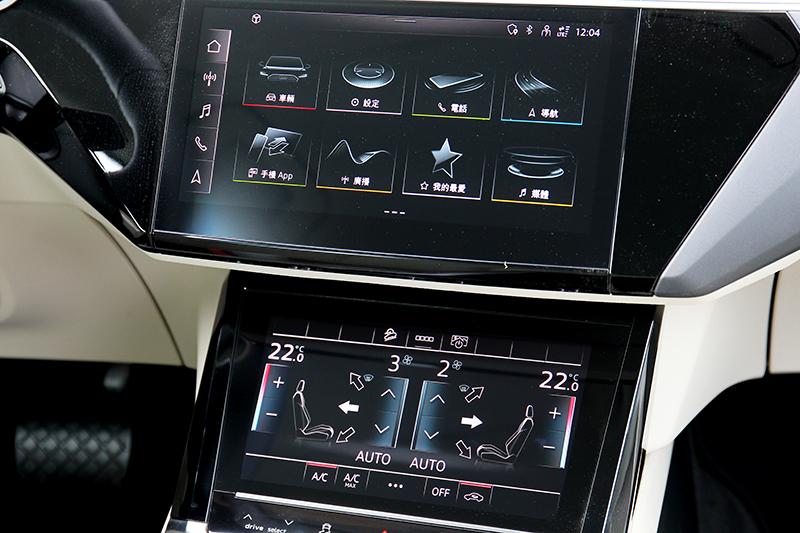 中控雙螢幕上方為程式、設定、資訊功能,下方則為空調介面,此設計也與自家高階車型相同。