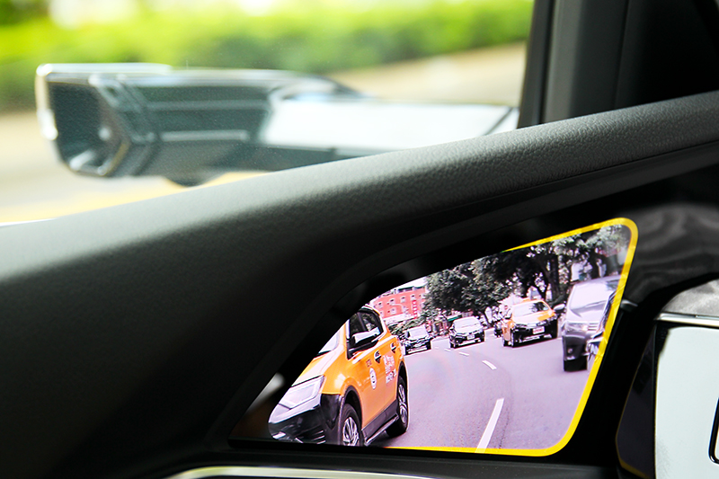 e-tron另一特色就是虛擬後視鏡,雖需花時間適應但很快就能習慣,盲點警示閃爍辨識度比傳統後視鏡高。