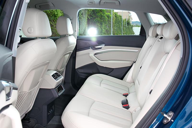 2,928mm軸距創造出寬敞的後座環境。