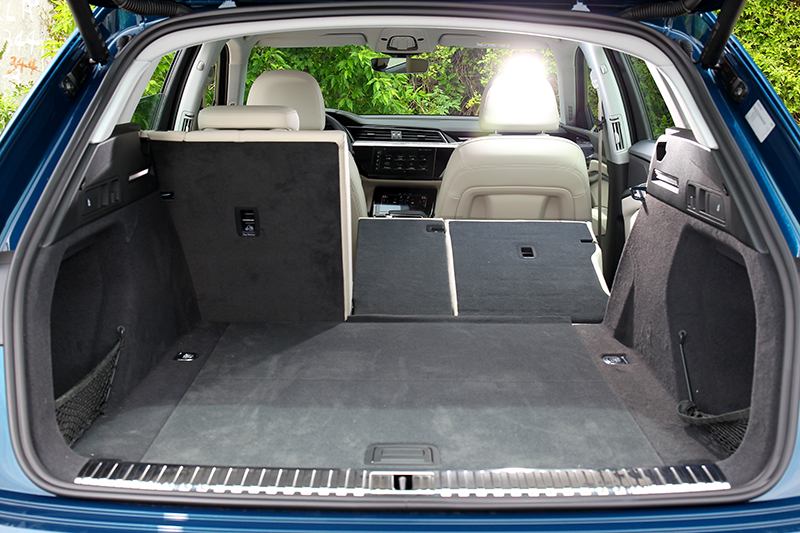 e-tron雖沒e-tron Sportback斜背身形,但行李廂卻有660~1,725公升更優異的容積。