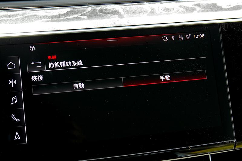 螢幕可觀看電池存量,駕駛可選擇換檔撥片或自動來決定電能回收效率。