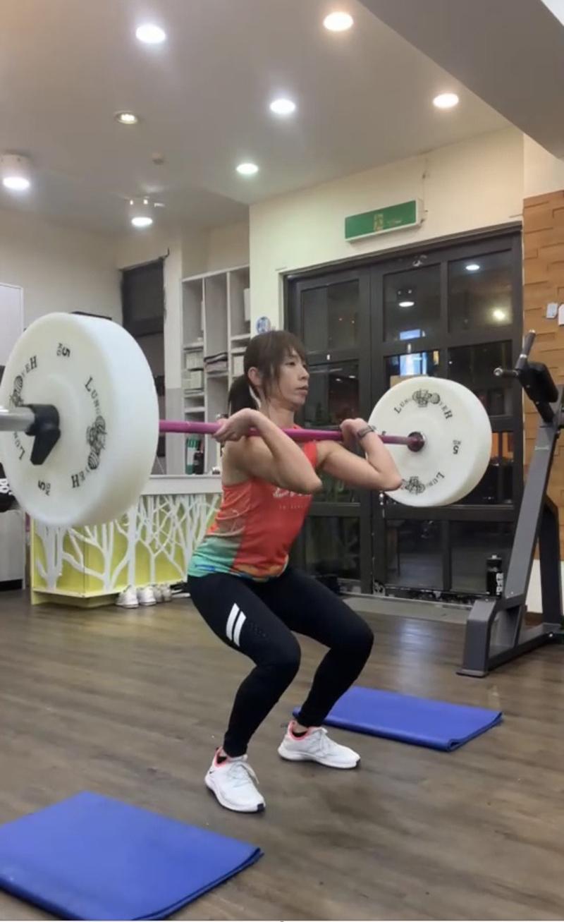 【車勢星聞】《GoGoTaiwan》段慧琳自我訓練「背蹲」最高扛起70公斤。(圖:民視提供)