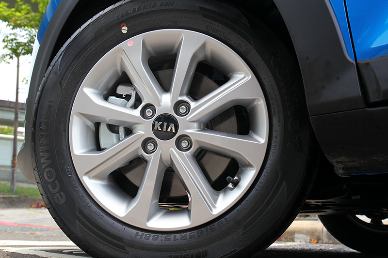 1.4驚艷版與1.0T時尚版車型都配置15吋輪圈。