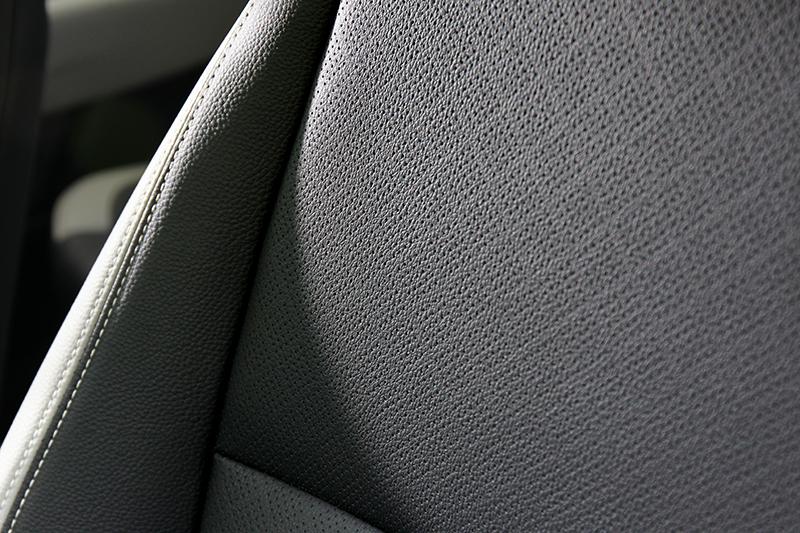1.4驚艷版座椅為皮革材質。