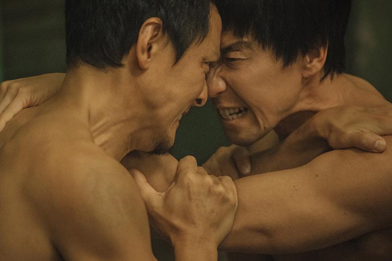 【車勢星聞】《除暴》吳彥祖、王千源上演半裸澡堂肉搏戰。(圖:華映娛樂提供)