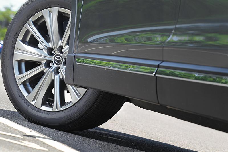 輪圈也換成20吋亮銀分割造型。
