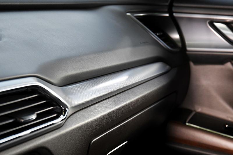 新增的格紋鋁質飾板散發質感與冷冽氣息。