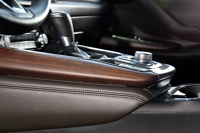 CX-9運用木質與皮革營造溫潤高級氛圍。