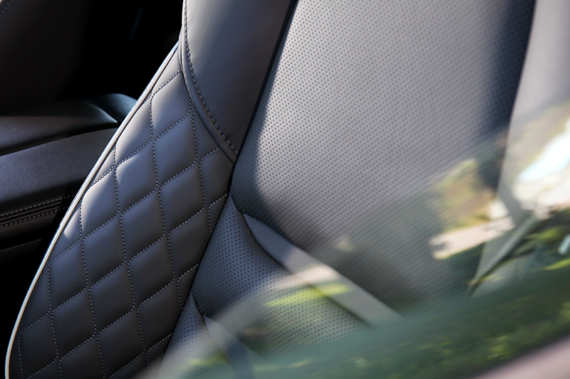 座椅改換成Nappa菱格紋設計。