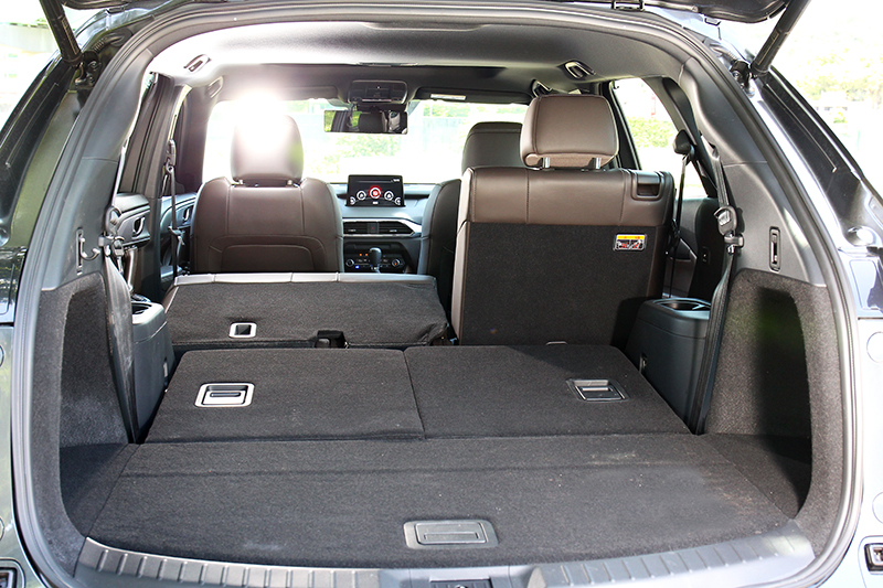 第三排使用時行李廂有230公升容積,倒放後則能擴增到810公升。