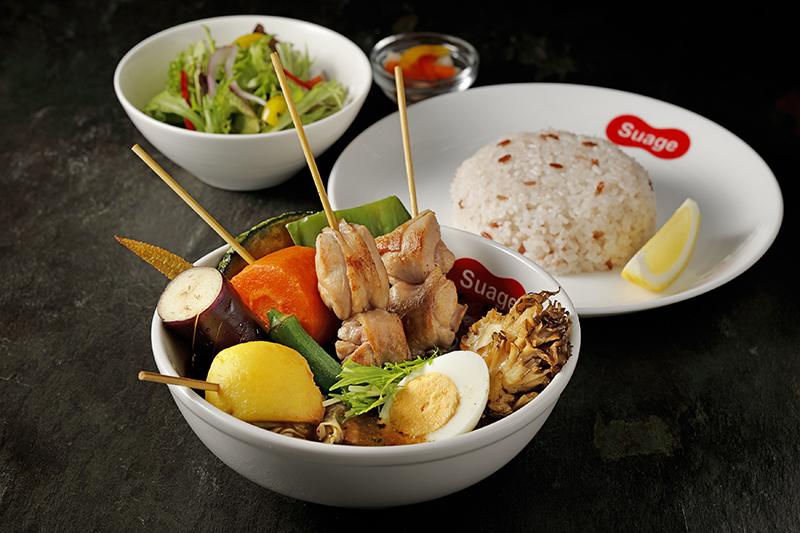 北海道湯咖哩《Suage》日本直送原汁原味正式登台展店,「脆皮雞腿肉串湯咖哩」為鎮店招牌。