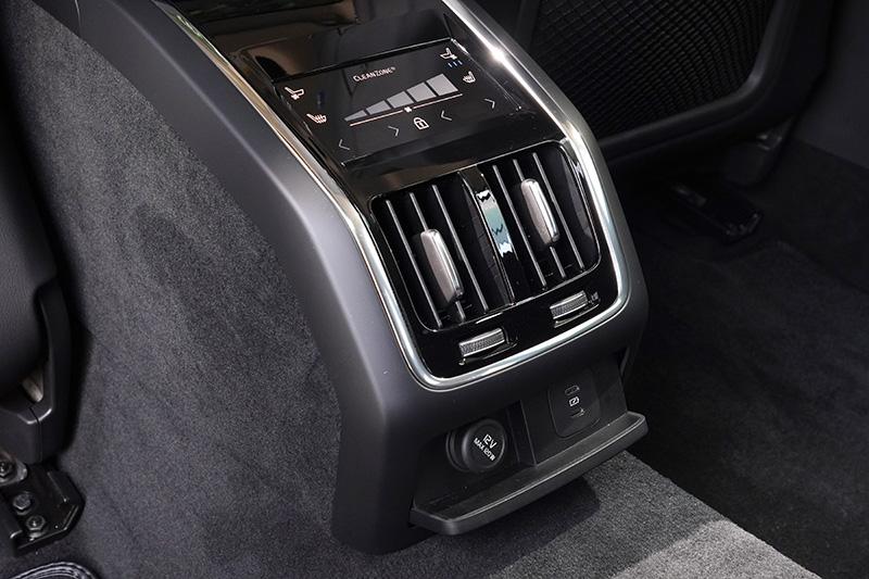 後座空調介面下設有兩組Type-C規格的USB插座,便於後座乘客為行動裝置或手機充電。