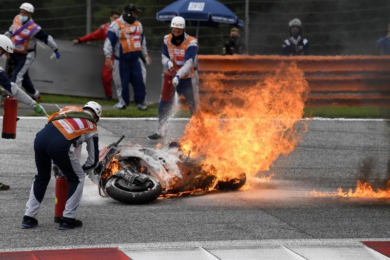 第二圈Pedrosa摔車,Savadori來不及閃避撞上並引發火勢,比賽因此中斷。