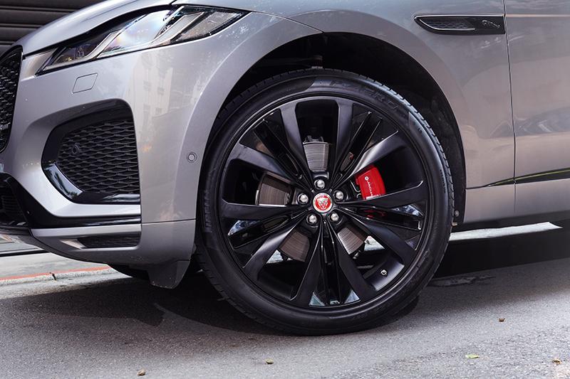 這輛車額外選配了22吋緞光黑鋁圈,視覺觀感更加劇力萬鈞。