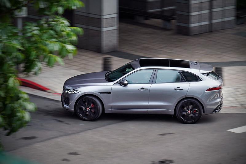 近乎50:50的完美車身配重連同鋁合金車身結構,一旦加上JaguarDrive Control行車模式切換當然帶來饒富樂趣的駕馭感受。
