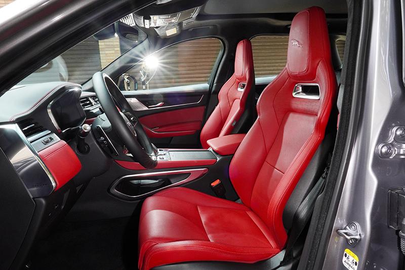 兩張選配以溫莎皮革包覆的火紅色跑車座椅不僅視覺觀感美輪美奐,乘坐感也異常舒適且包覆性絕佳。