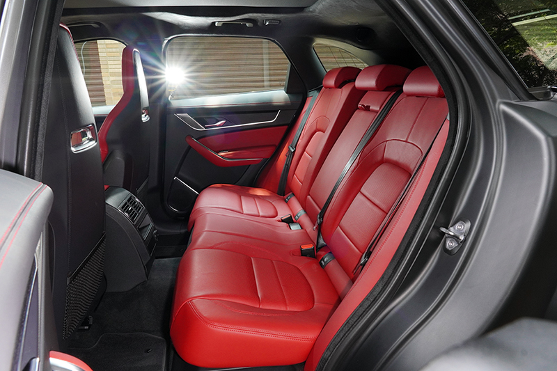 受惠於2,874mm長軸距設定後排空間相當開闊,全車滿載同樣勝任愉快。
