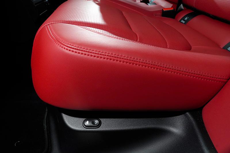 後排座椅可電動調整椅背傾角,提供更舒適的乘坐體驗。