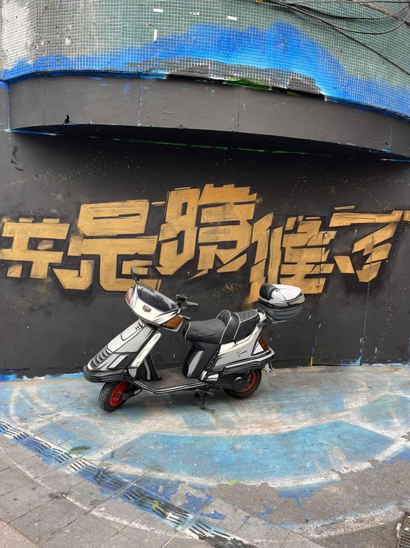 【車勢星聞】街頭藝術家傅星翰透過彩繪賦予老車新生命。(圖:星奇三創意提供)