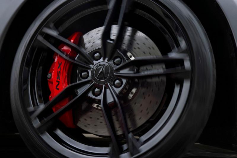 配置前245/35 R19、後305/30 ZR20 Pirelli P-Zero輪胎與前六後四Brembo卡鉗。