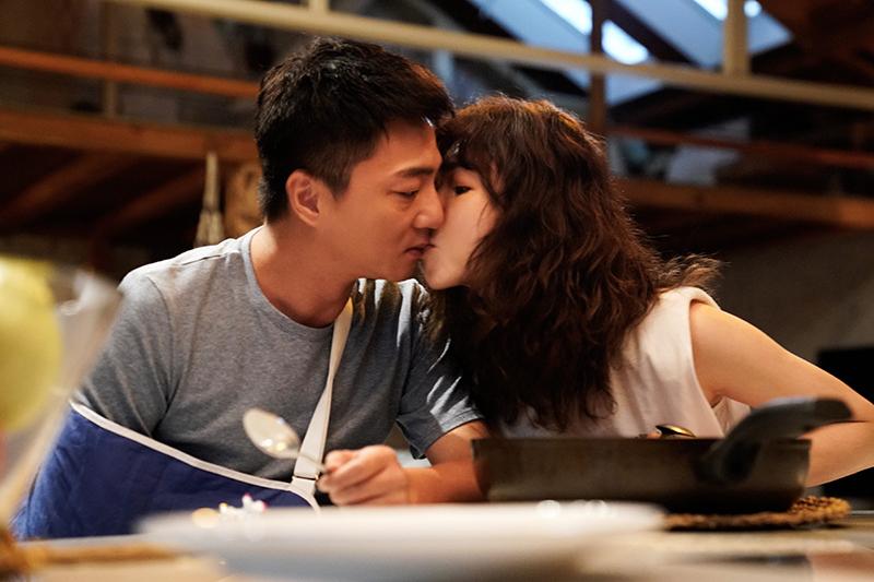 【車勢星聞】《俗女養成記2》藍葦華跟謝盈萱現場在排戲時,就會用一種比較屬於中年戀愛內斂的方式來表達兩人的感情。(圖: 華視/Catchplay提供)