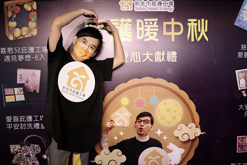 【車勢星聞】黃子佼將庇護工場圖案穿身上,自嘲是行動公車廣告。(圖:洒落嚴選行提供)