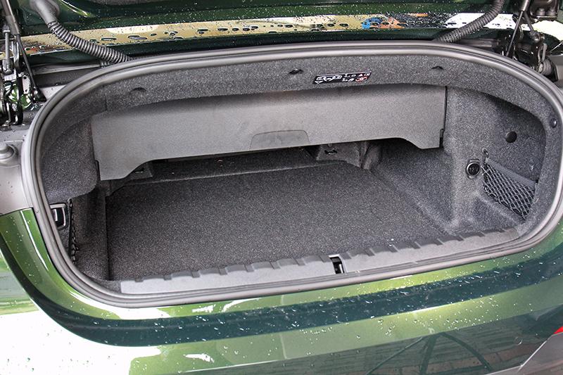 行李廂空間實乃敞篷車非戰之罪,大半空間都得留作車頂收納用,自然只得留下這點置物機能,所幸關篷後仍可擴展至385升容積。