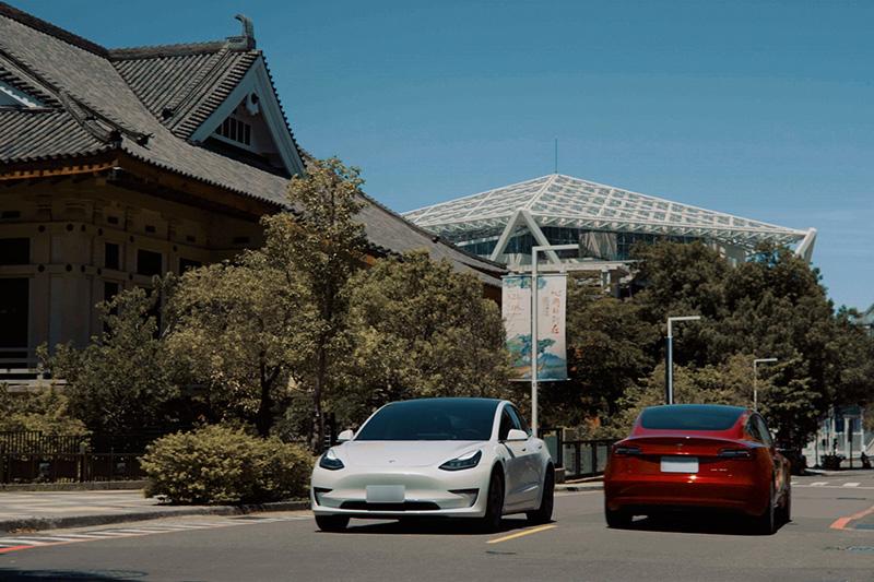 台南目前亦擁有兩座 Tesla 超級充電站,分別位於「奇美博物館」與 Model 3 在台灣初登場的起點「台南市美術館二館」。
