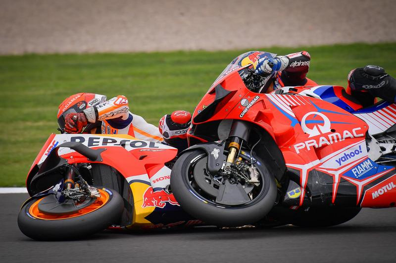 Marquez在第一圈就轉倒還把Martin一併帶出場。