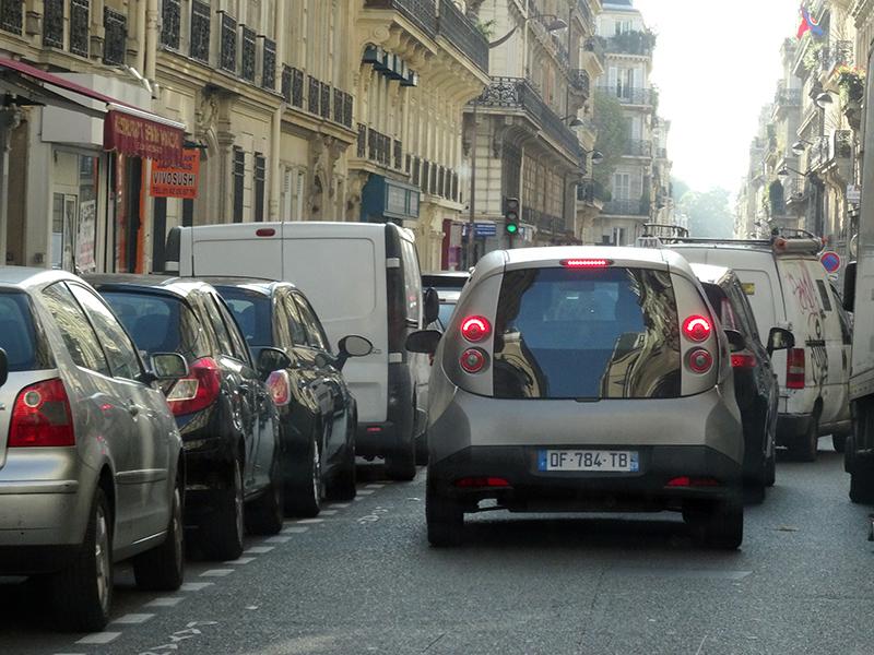 其實巴黎市區許多道路都相當狹窄。