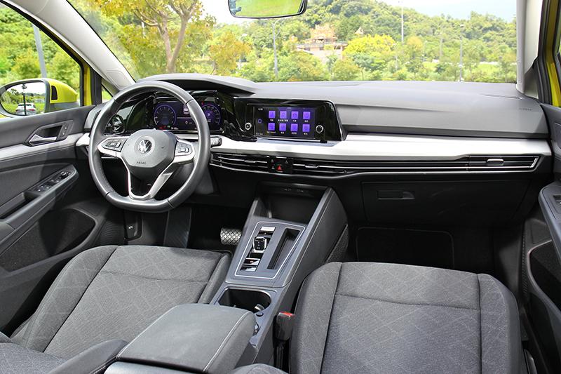 座艙格局與高規車型採相同規劃,等級差異主要於材質、座椅與配備作區隔。