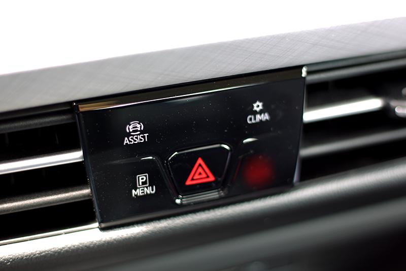 中控螢幕下也有配備安全系統、空調等項目快速觸控鍵,但少了R-Line以上車型才有的駕駛模式。
