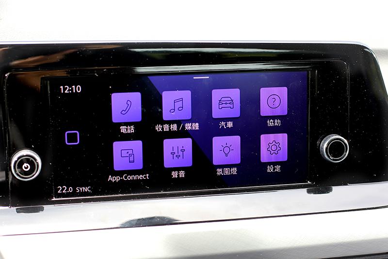 中控螢幕為8.25吋,沒有數位觸控列與手勢控制。