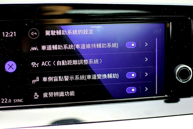 230 eTSI智能特仕版將Travel Assist智慧車陣穿梭、主動式車道修正、道路虛擬實境顯示(230 eTSI車型僅顯示單一車道、前後車距)等配備補齊,使其提供半自動駕駛功能。
