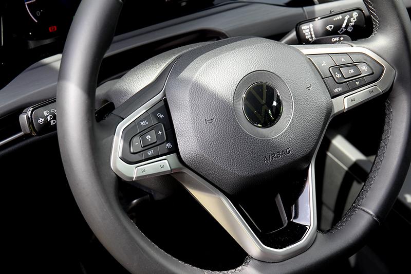 R-Line以下車型方向盤皆為實體按鍵。