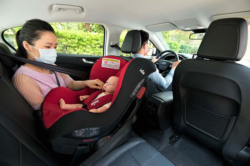 安全座椅新制上路滿一年,2歲以下嬰幼兒必須「反向乘坐」安全座椅,違者將開罰1,500至3,000元。