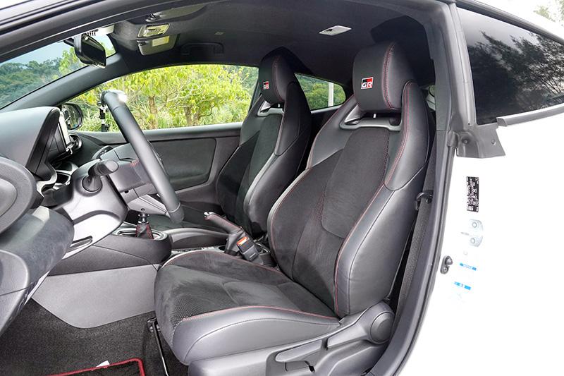 跑車座椅除了提升包覆性,中央以輕量防滑Ultrasuede® 麂皮材質包覆,提升止滑效果。