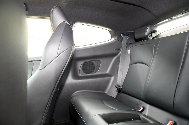 後座座椅雖然乘坐感不錯,但空間也就馬馬虎虎,頭部空間也受到車頂造型影響,身高170cm以上的成人坐進去後頭頂就會直接頂住車頂蓬。