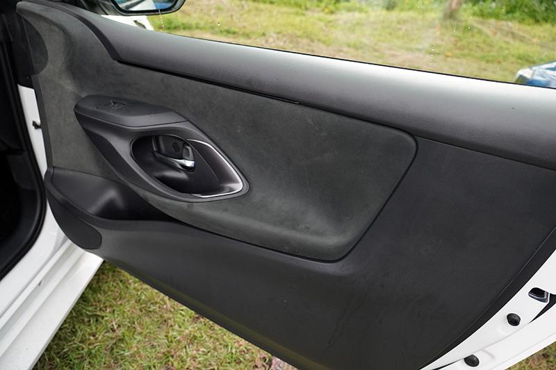 門板把手位置略為靠前,也未涉有其他把手設計,乘客若一緊張要抓東西,可能一把抓住的就是車門拉柄。