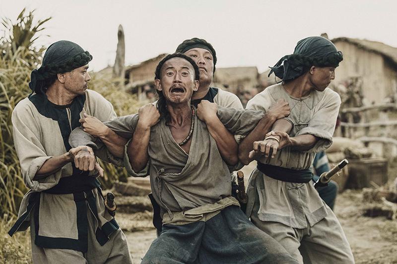 【車勢星聞】《斯卡羅》吳慷仁(中)飾演卑微求生的社寮頭人水仔,命運游走在外人跟斯卡羅之間。(圖:公視提供)