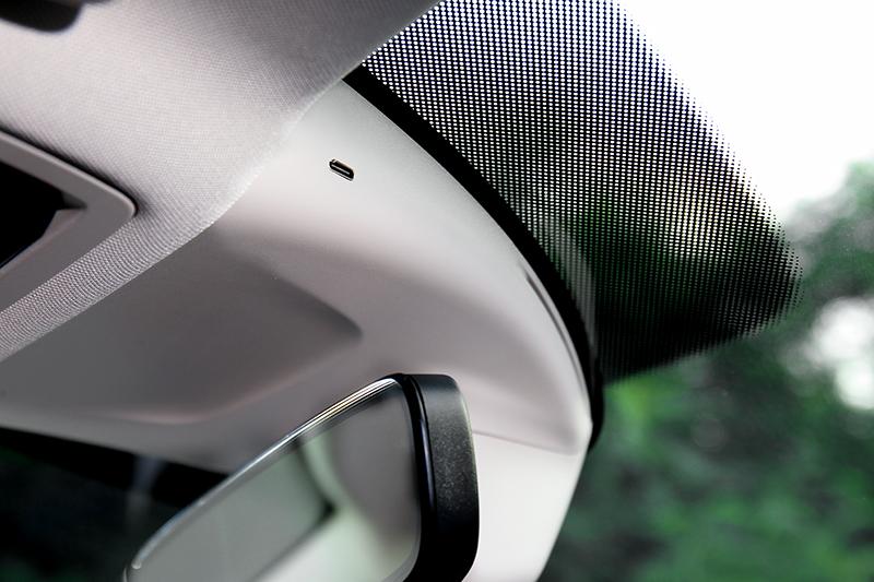 車內後視鏡旁配有Type-C充電孔,安裝行車記錄器不用麻煩牽線。