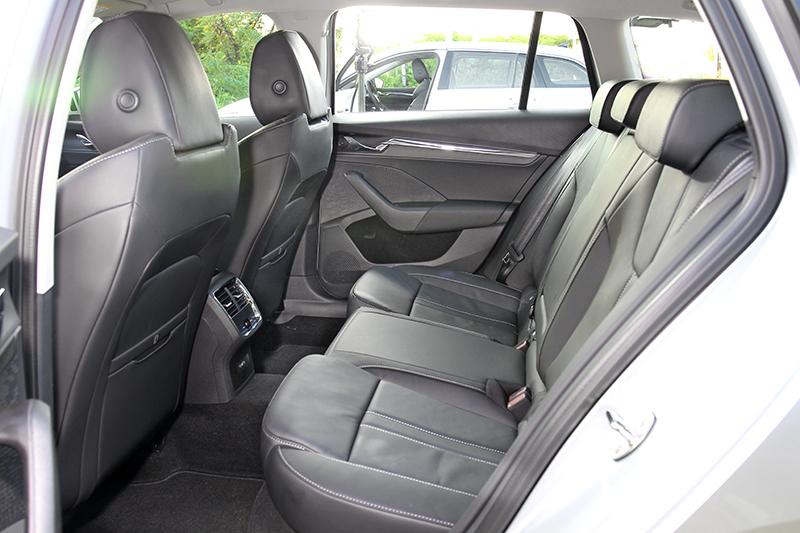 完全無須懷疑Octavia Combi空間夠不夠寬敞,不過椅背角度若能在斜一點會更好。