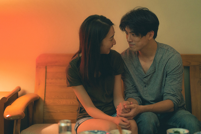 【車勢星聞】李沐(左)與林哲熹(右)在電影《青春弒戀》中甜蜜相愛。但預告中卻透露似有隱情。(圖:電影《青春弒戀》提供)