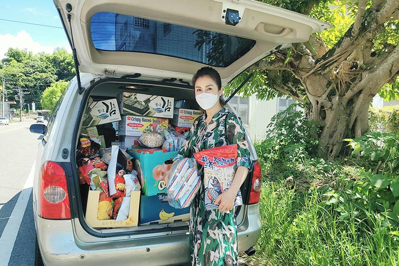 【車勢星聞】梁佑南、方琦載一車物資贈台東「泰源書屋」做公益。(圖:民視提供)