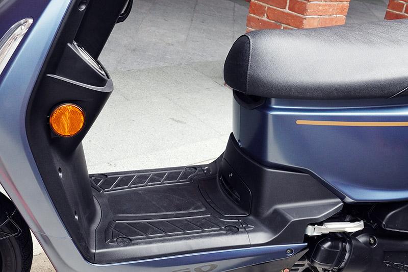 加大前方置腳空間至305mm,讓腳部有更寬敞的空間。