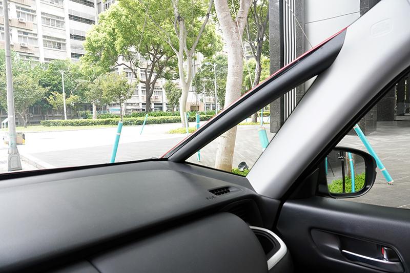 以毫米為單位調整A 柱的位置和傾斜度,大幅降低前方兩側視覺死角,有效提升安全。