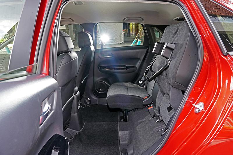 增高 T 模式(後座椅椅墊向上折疊)可便於放置較高的物品。