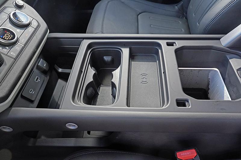 中央扶手置物箱製冷功能開啟後真的有類冰箱的冷藏效果,右方置物箱內的水珠證明其效果,炎熱夏天替飲料保冷特別受用。