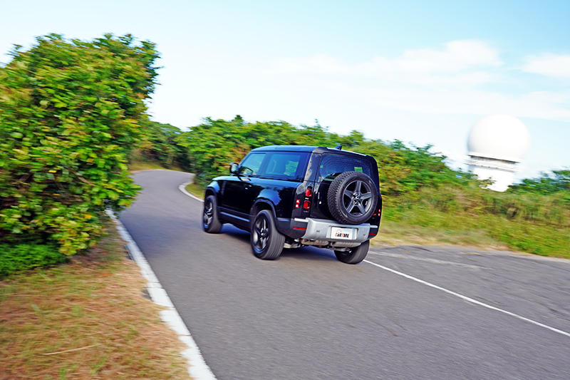 Defender 90含後視鏡超過兩米的車寬,在鄉間小路得多注意路面寬度,抓好左右距離。