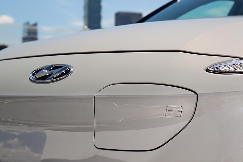 Logo車標旁是充電插座的接口處,比起傳統油箱蓋的樣式來的更為特殊